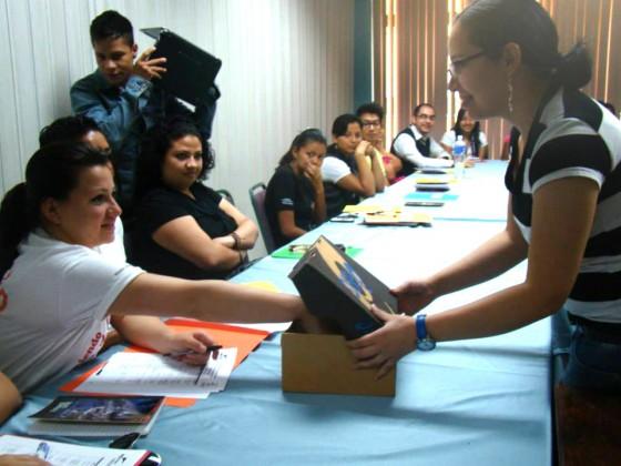Gabriela Flores (derecha) capacita a jóvenes líderes  en incidencia política