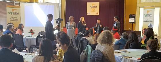 Representantes de FACES, YCI, RYSE y YTH presentan temas clave durante una Plenaria de Apertura antes del Café Mundial.
