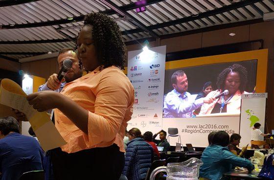 Ivonne Miranda, como GOJoven Honduras y Delegada Oficial de Honduras en la Conferencia, realiza una intervención pública durante una sesión plenaria.