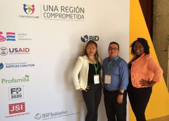 Eva Burgos de GOBelize, Ados May de la Iniciativa IBP, e Ivonne Miranda de GOJoven Honduras (de izquierda a derecha) trabajan en conjunto desde la apertura de la Conferencia.