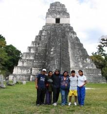 Becari@s de GOJoven en las ruinas de Tikal